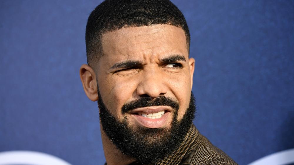 Drake grimaserende