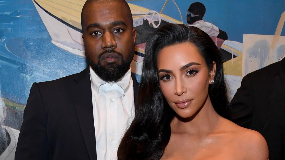 Kim Kardashian og Kanye West på den røde løperen ser alvorlige ut