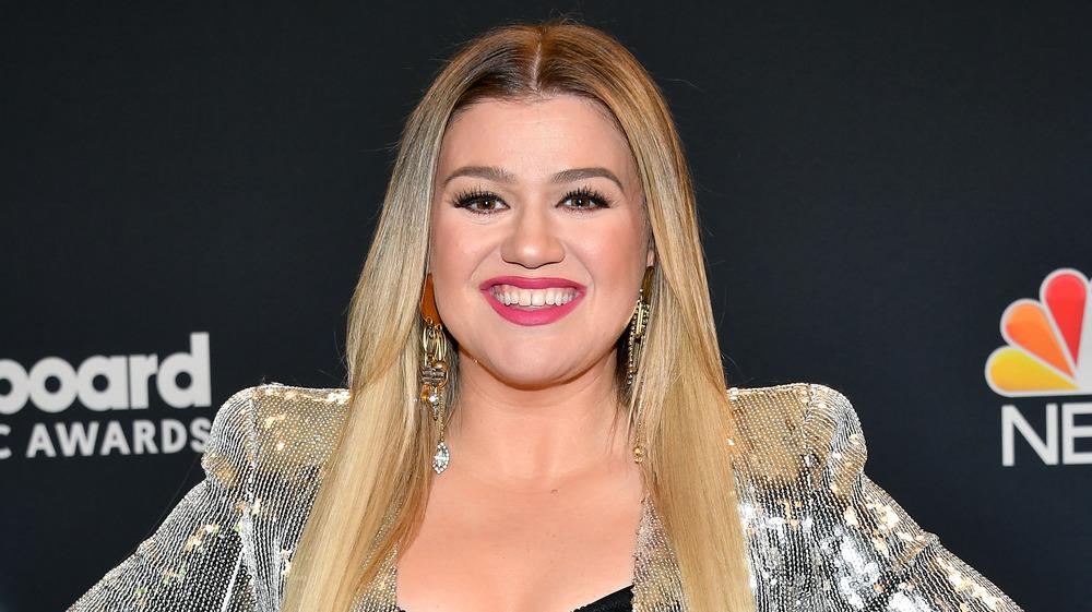 Kelly Clarkson smiler på den røde løperen