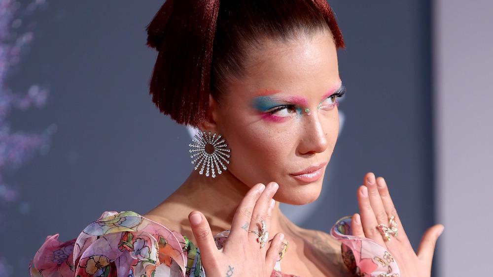 Halsey viser frem blå øyenskygge og smykkene hennes på den røde løperen