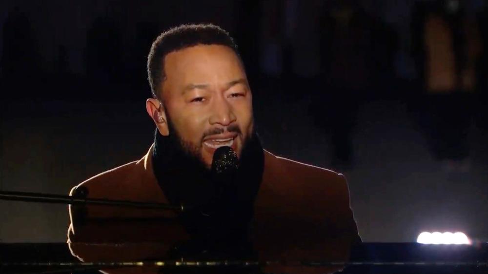 John Legend synger