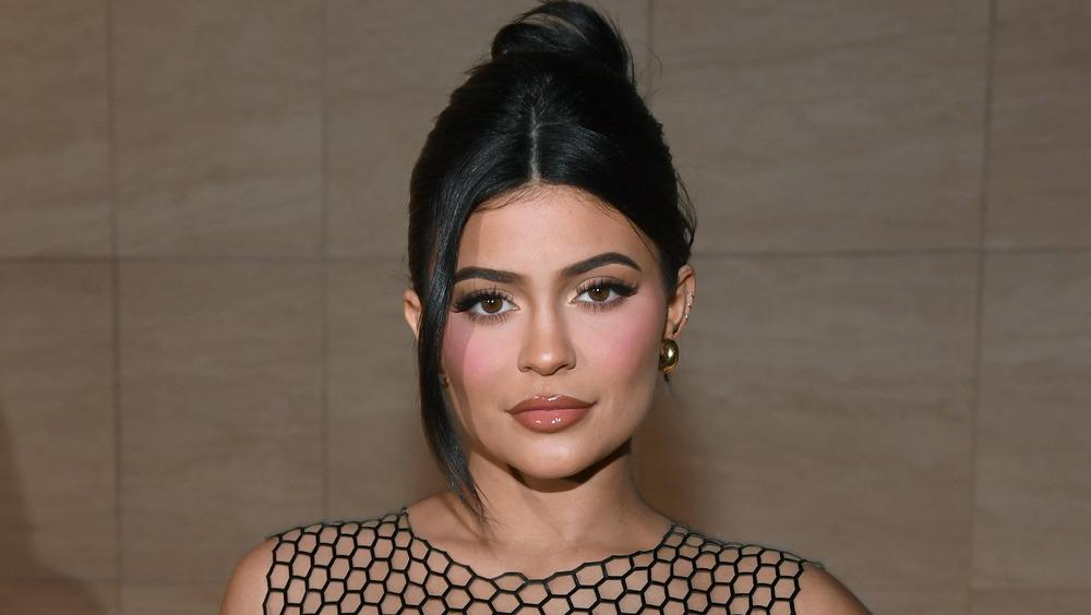 Kylie Jenner smiler litt