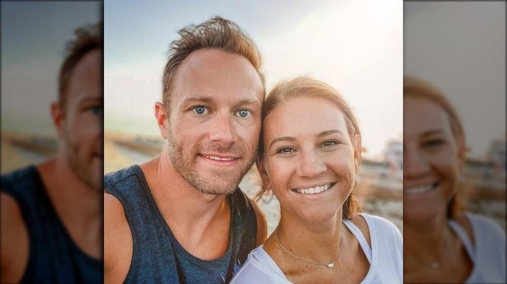 Adam og Danielle Busby smiler