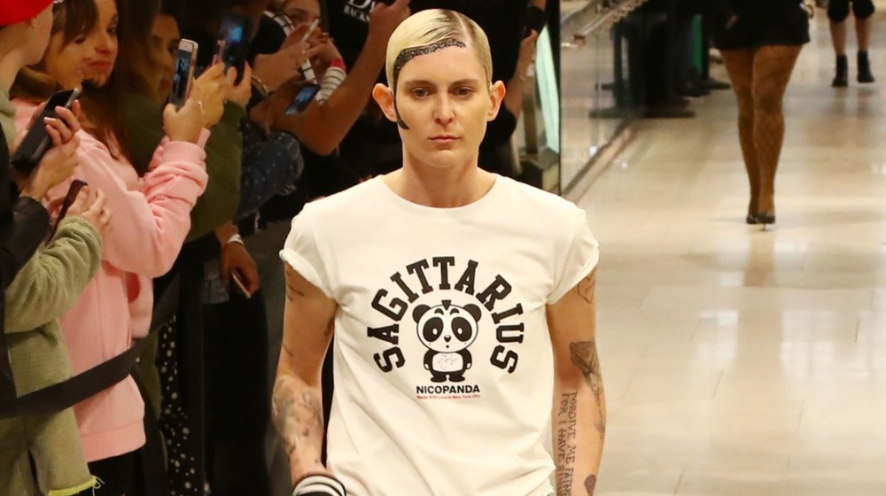 Model Nats Getty går på rullebanen under MAC Nicopanda Macy's Herald Square