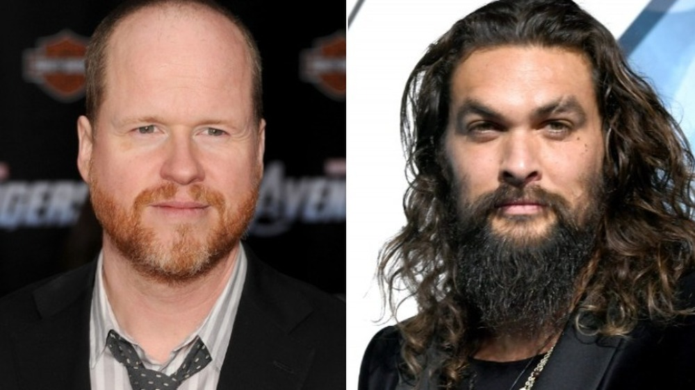 Joss Whedon gliser og Jason Momoa ser seriøs ut