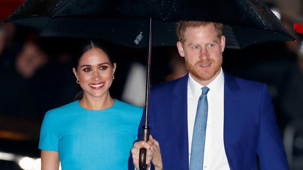 Prins Harry og Meghan Markle med paraply