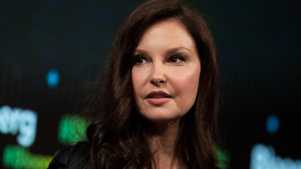 Ashley Judd snakker på et arrangement