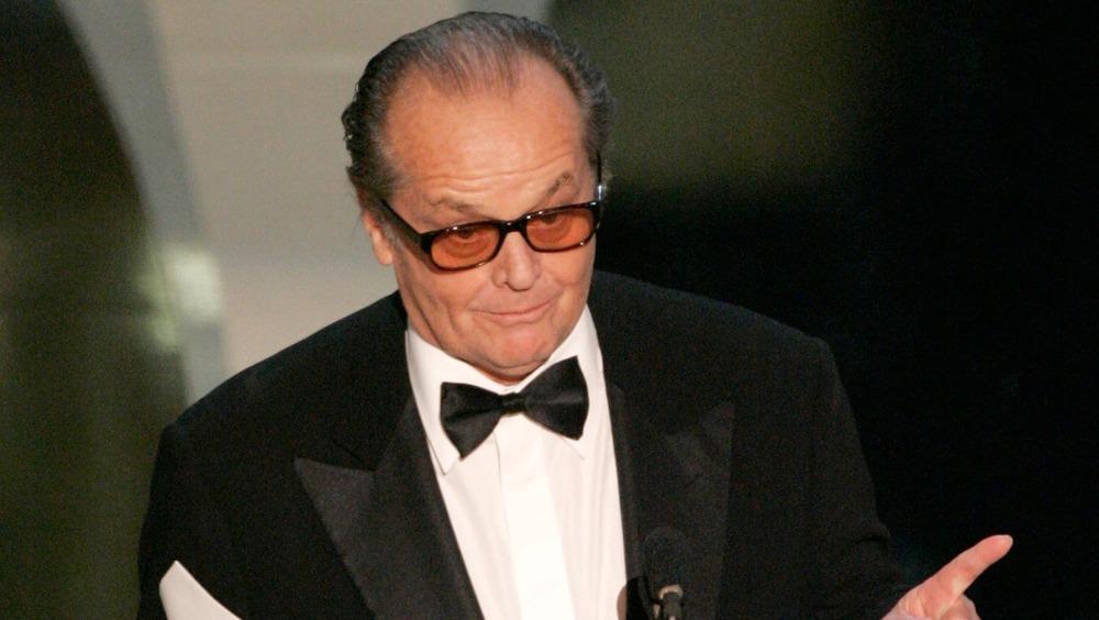 Jack Nicholson foran mikrofonen og peker