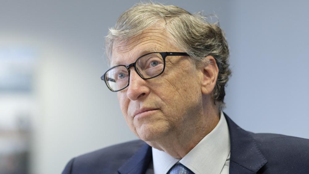 Bill Gates ser seriøs ut under et intervju