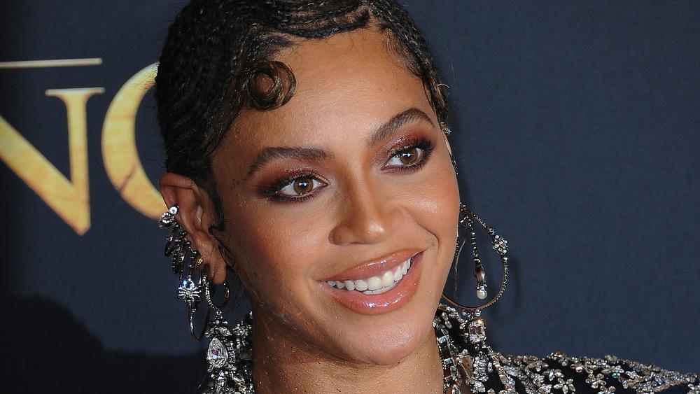 Beyoncé smiler på den røde løperen