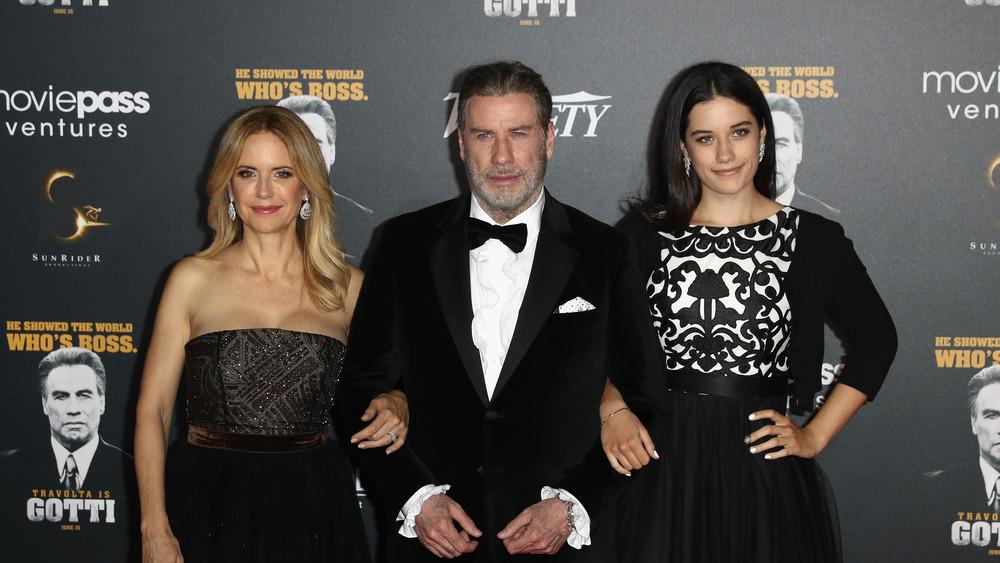 Kelly Preston, John Travolta og Ella Travolta stiller opp for et bilde på den røde løperen i 2018