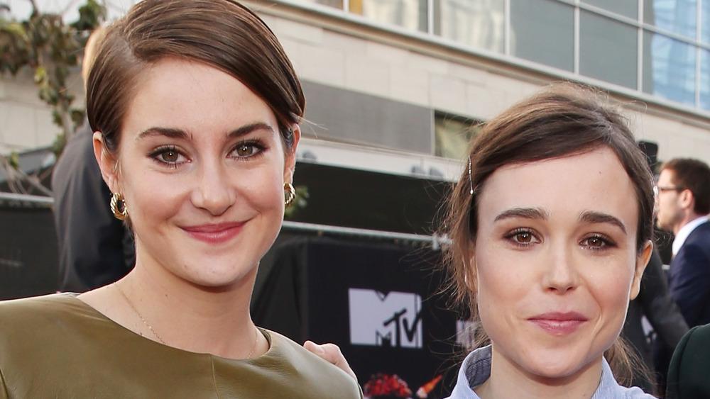 Shailene Woodley og Elliot Page smiler ved siden av hverandre mens de poserer for kameraene