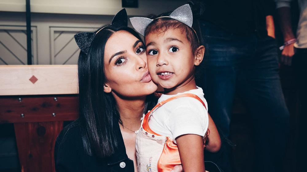 Kim Kardashian kysser datteren Nordvest