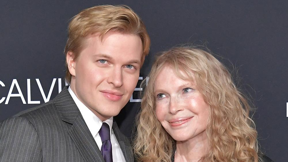 Ronan Farrow poserer med mamma Mia Farrow