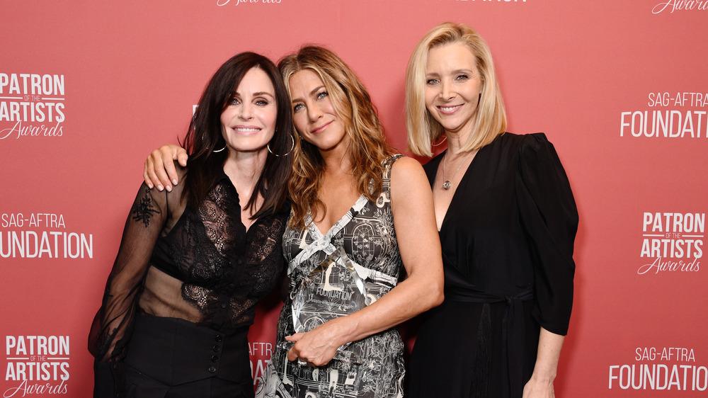 Jennifer Aniston, Courteney Cox og Lisa Kudrow poserer