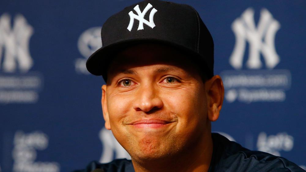 Alex Rodriguez Yankees hatter smilende