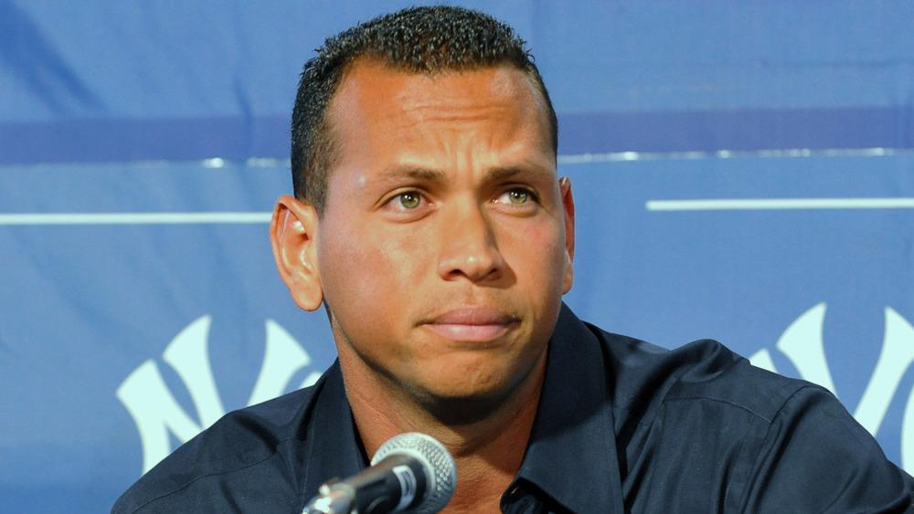 Alex Rodriguez rynker pannen på en pressekonferanse