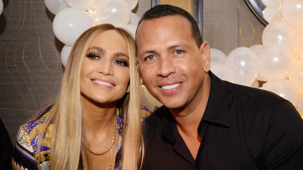 Jennifer Lopez og Alex Rodriguez smiler sammen