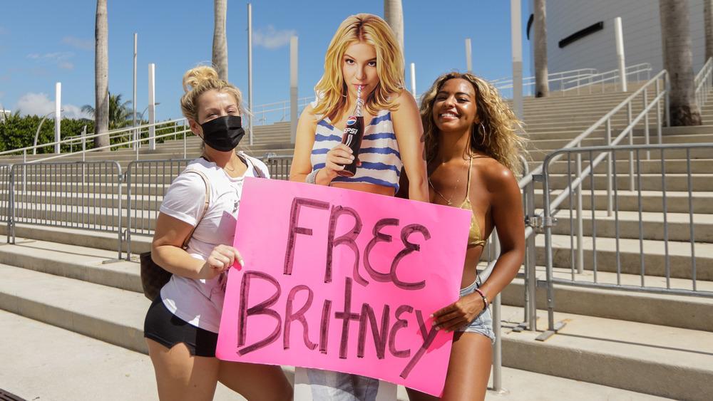 #FreeBritney-aktivister protesterer med rosa skilt og Britney-utklipp