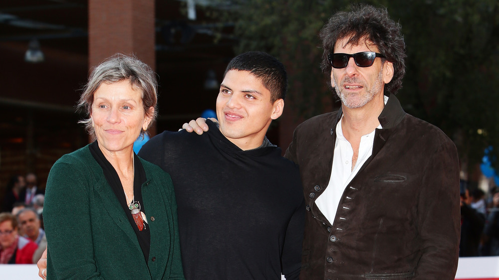 Frances McDormand og Joel Coen på den røde løperen med sønnen Pedro