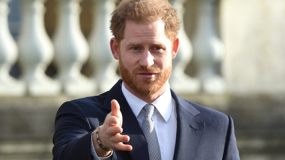 Prins Harry strekker ut hånden