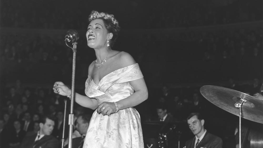 Billie Holiday opptrer på scenen 14. februar 1954.