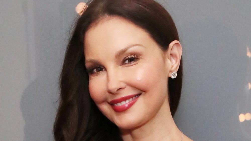Ashley Judd poserer på et arrangement