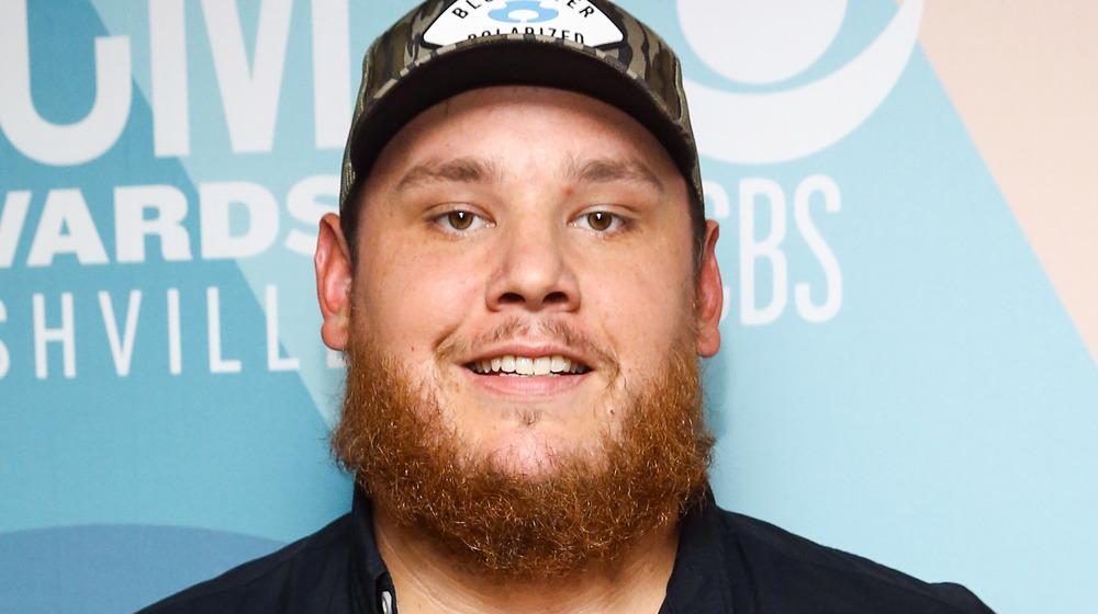 Luke Combs poserer på CMAs røde løperen i 2020