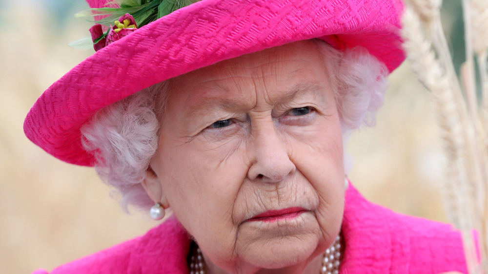 Dronningen rynker pannen på et kongelig arrangement