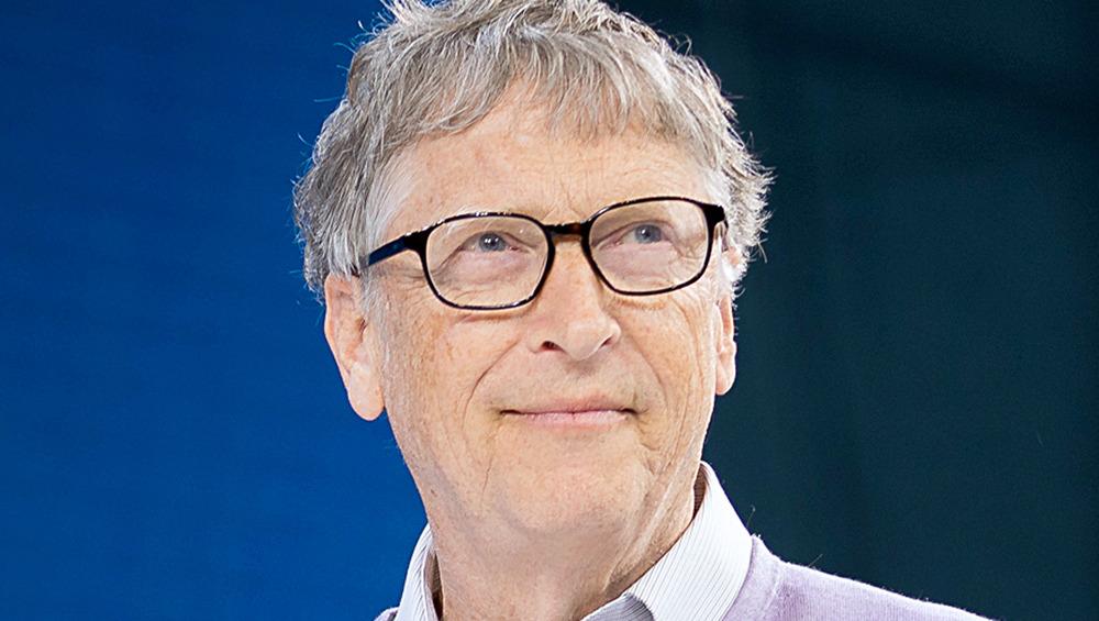 Bill Gates bruker briller på et 2019-arrangement
