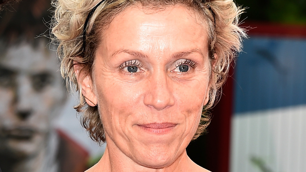 Frances McDormand smiler på den røde løperen