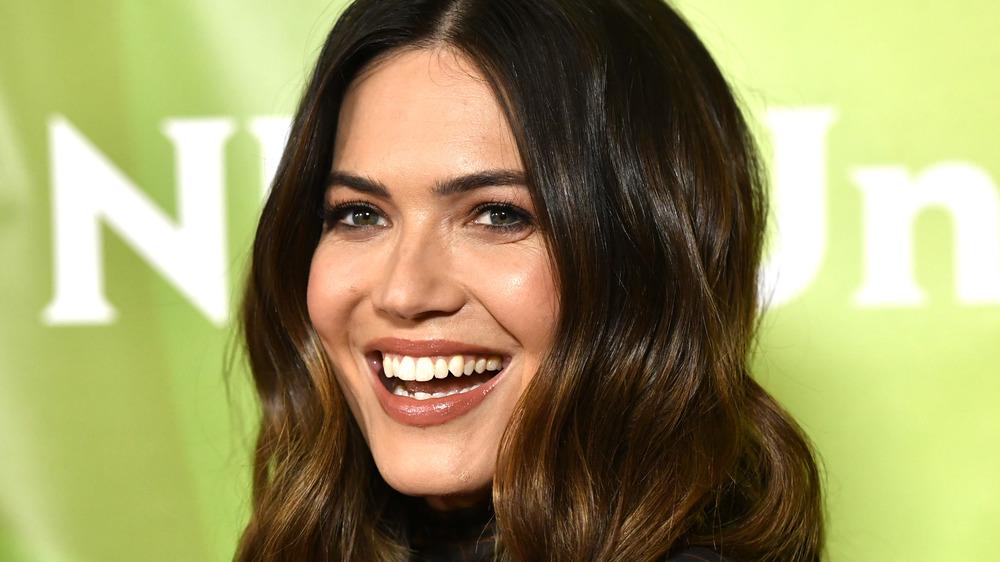 Mandy Moore smiler til et arrangement