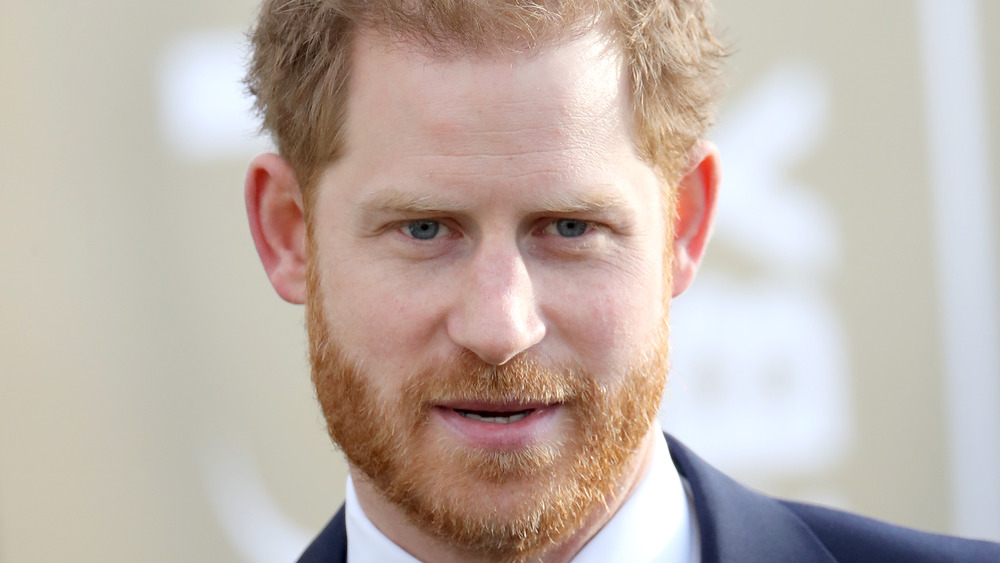 Prins Harry ser alvorlig ut
