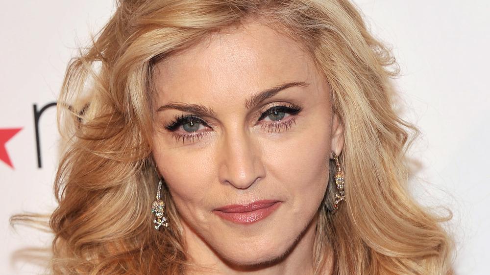 Madonna smiler litt
