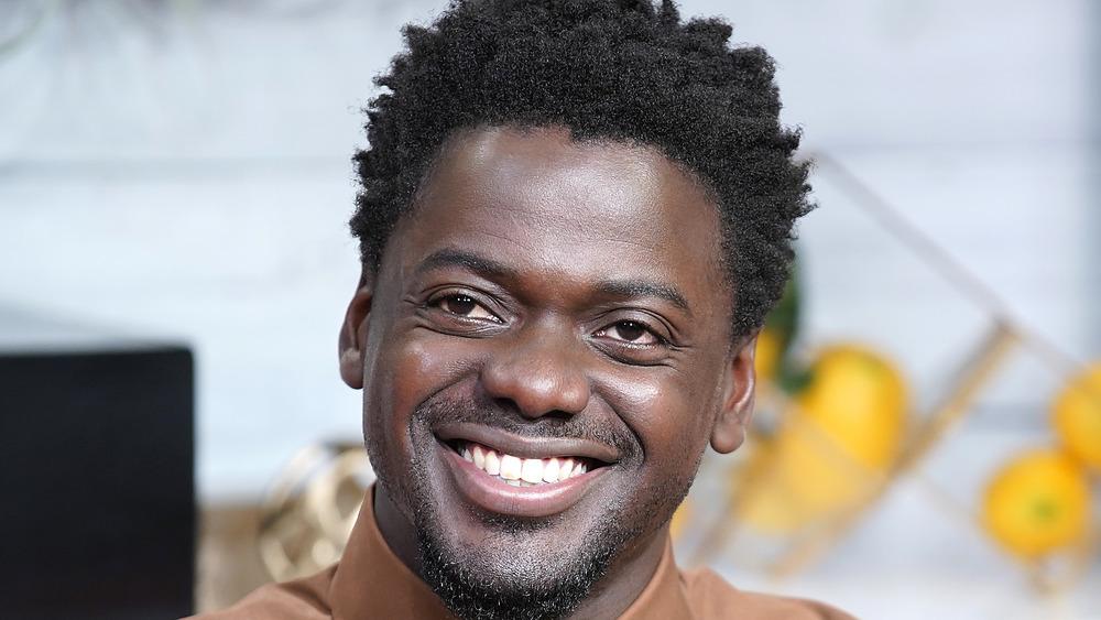 Daniel Kaluuya smiler under et intervju
