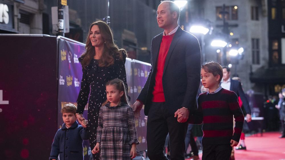 Kate Middleton og prins William på den røde løperen med barna sine, Louis, Charlotte og George