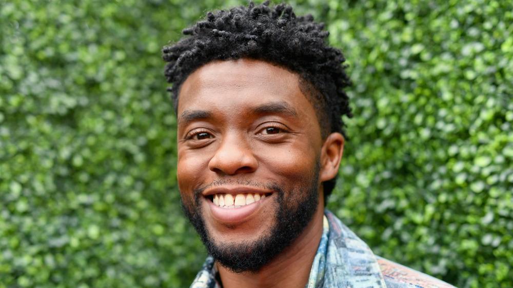 Chadwick Boseman smiler til et arrangement