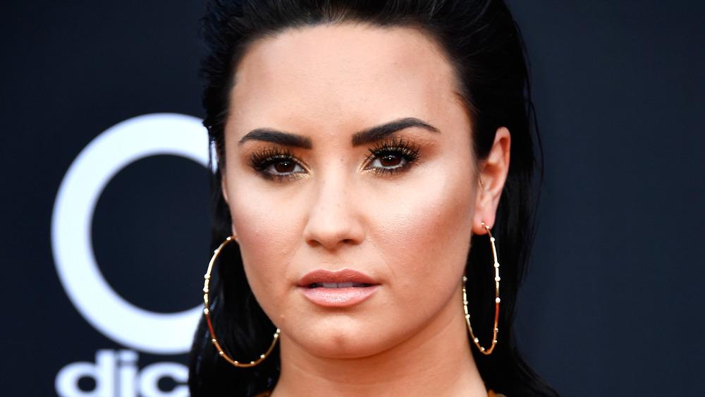 Demi Lovato med et nøytralt uttrykk