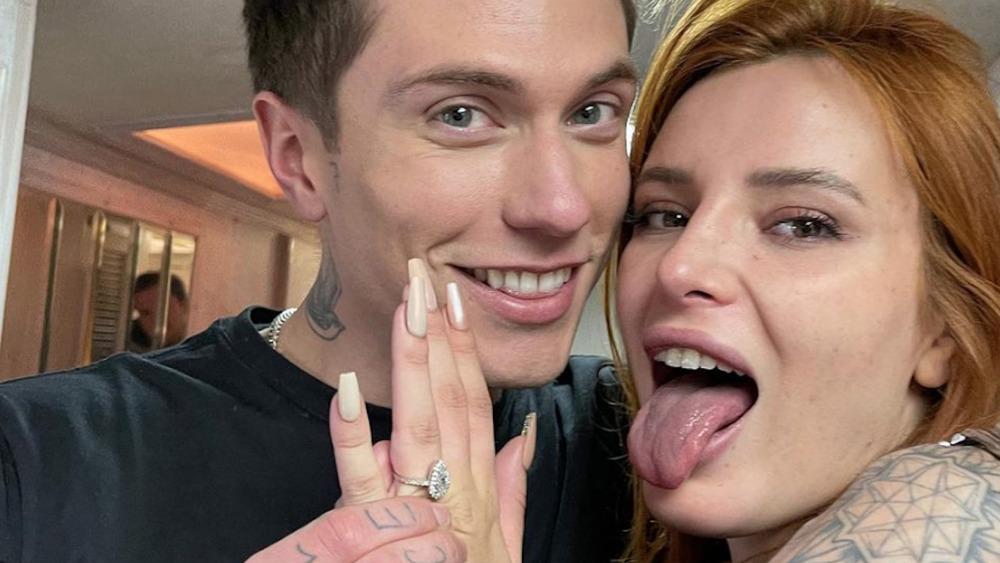 Bella Thorne og Benjamin Mascolo viser frem forlovelsesringen hennes