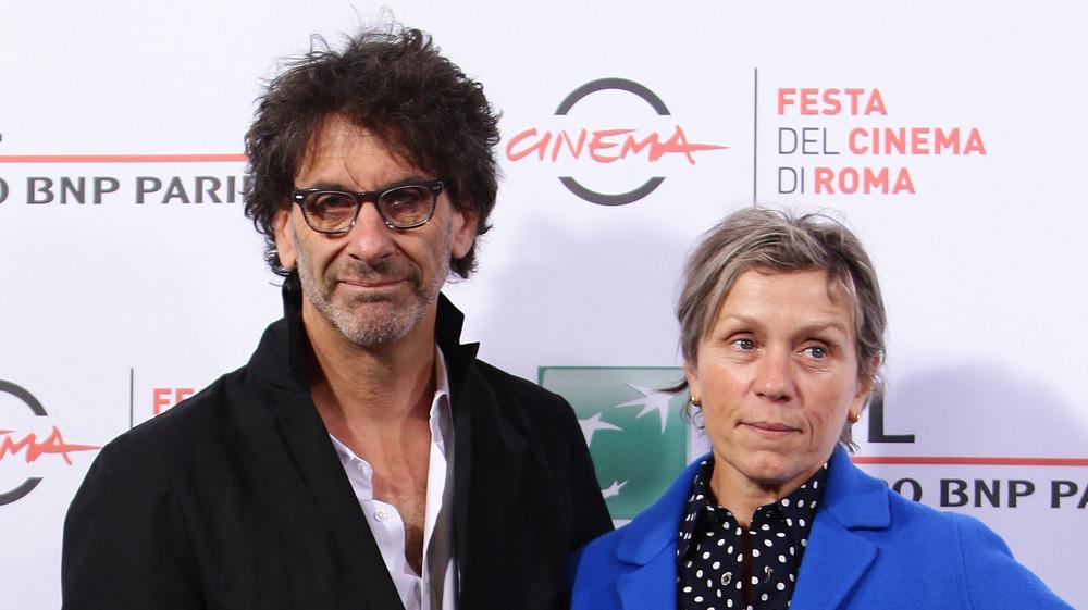 Frances McDormand og Joel Coen poserer