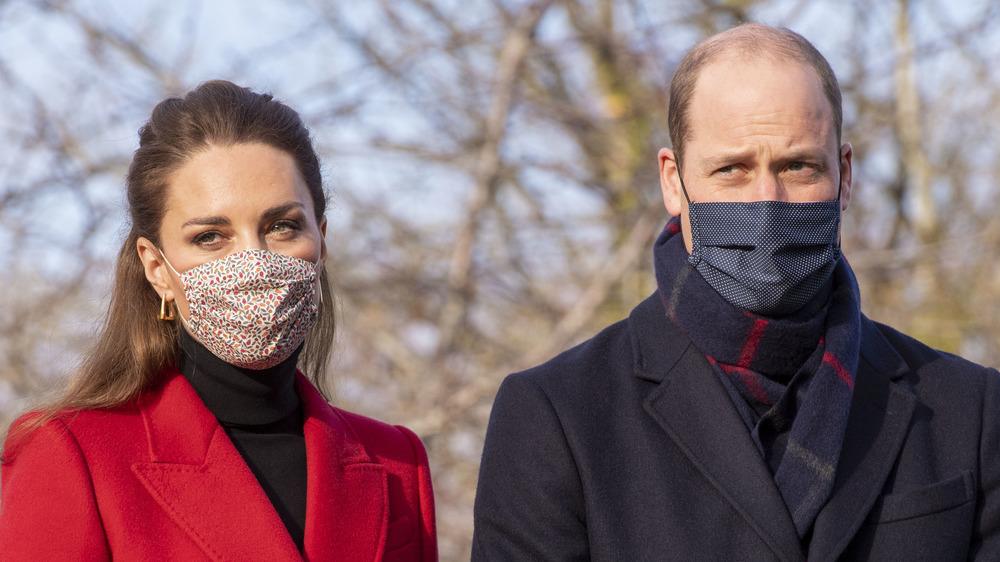 Kate Middleton og prins William iført masker