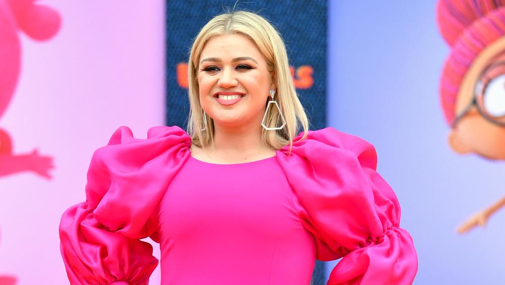 Kelly Clarkson glisende rosa kjole