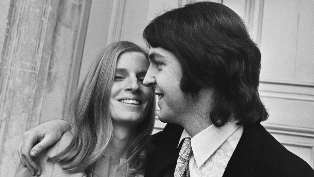 Linda McCartney smiler med John McCartney