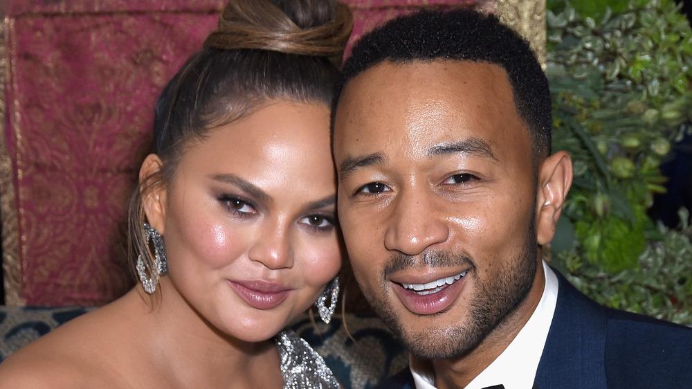 Chrissy Teigen og John Legend smiler