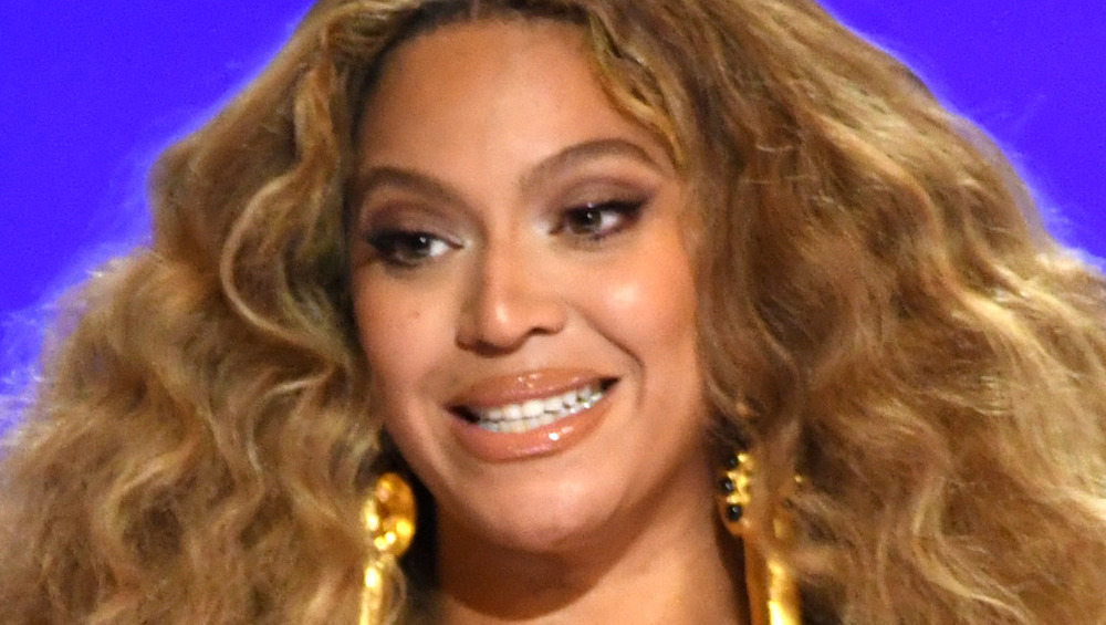 Beyonce gir et vanskelig smil på scenen og tar imot prisen på 63. Grammy Awards