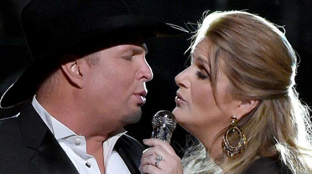 Garth Brooks og Trisha Yearwood opptrer på scenen ved den 50. årlige CMA Awards i 2016