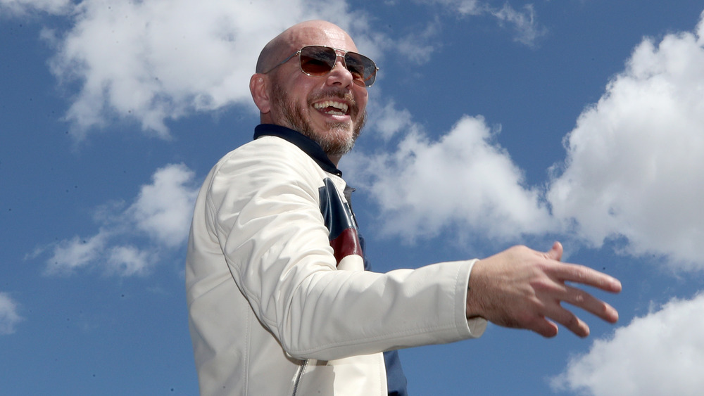 Pitbull smiler i solbriller