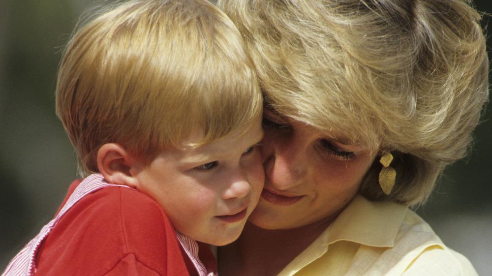 Prinsesse Diana holder prins Harry som barn