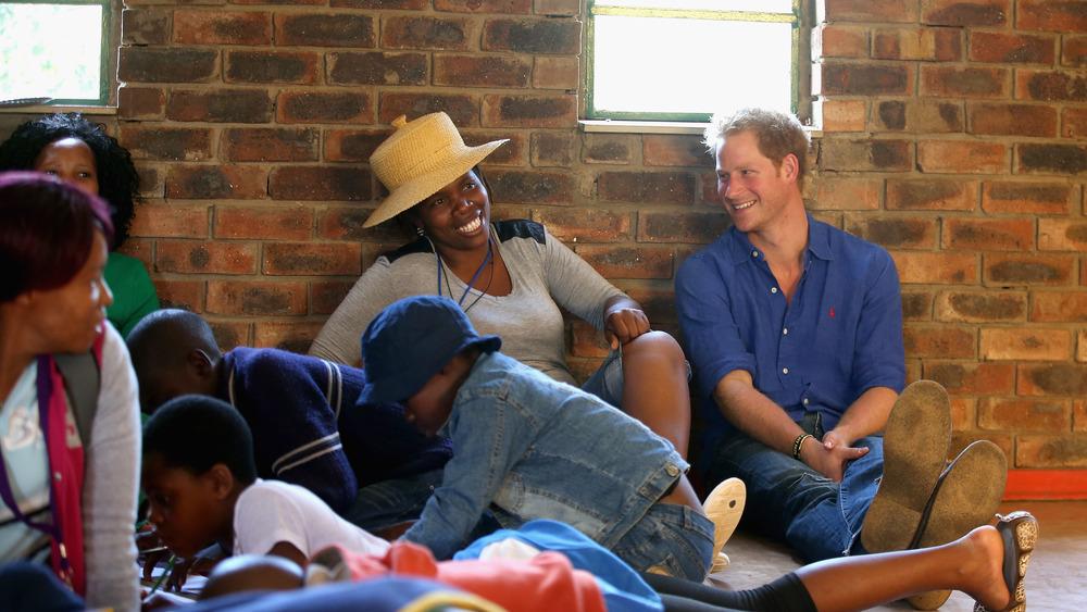 Prins Harry ler med en gruppe mennesker i Lesotho