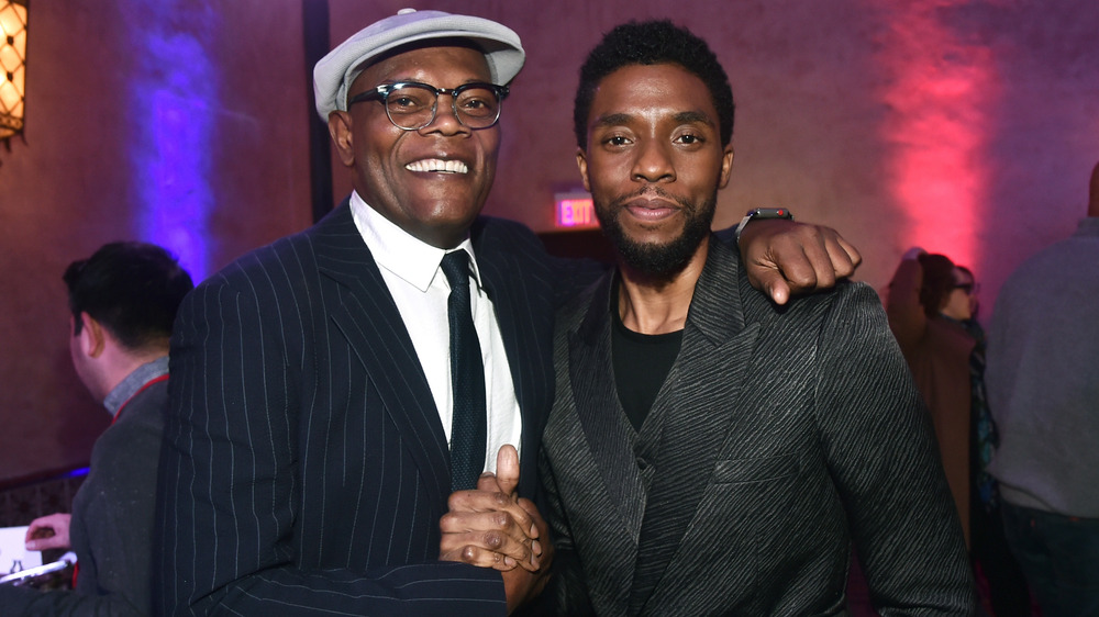 Samuel L. Jackson og Chadwick Boseman poserer sammen
